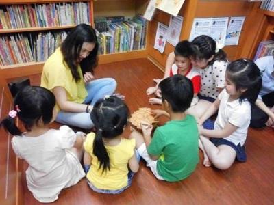 孩子們正在輪流操作遊戲內容,同時也培養孩子的耐心等待與訓練專注力